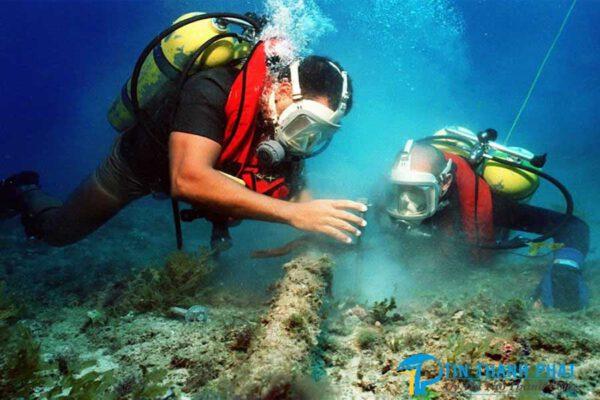 thợ lặn dùng máy nén khí