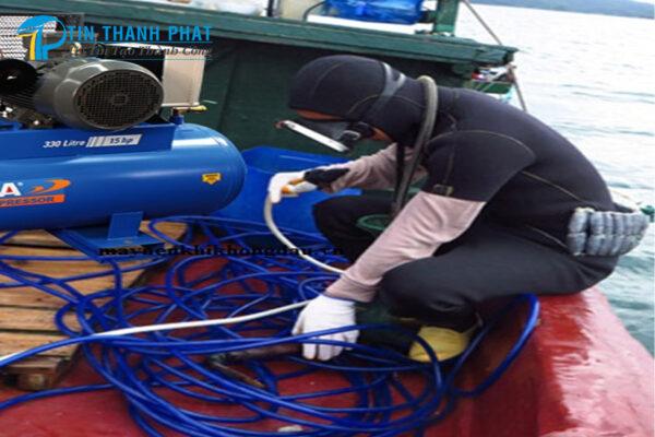 thợ lặn biển đang chuẩn bị máy nén khí